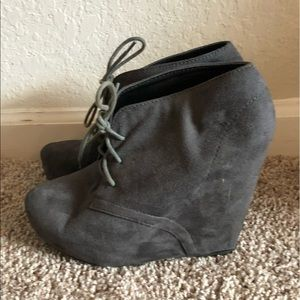 LACE UP WEDGE BOOTIE IN GREY